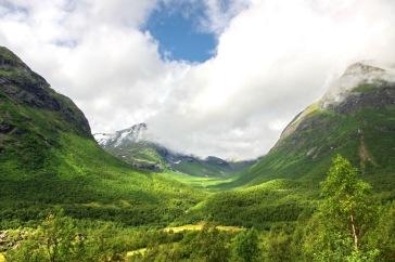 Montañas verdes valle